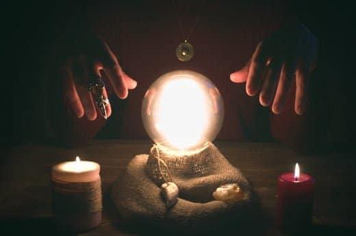 水晶占いの占い師さん運命読み取る無料相性未来を見通す世界で幸福確保